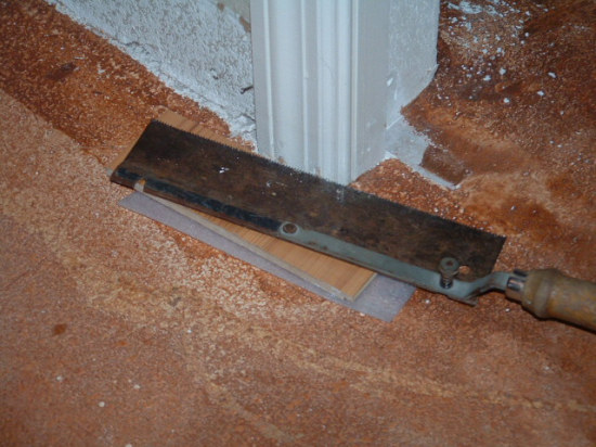 Exceptionnel Cutting A Door Jamb With Hand Saw To Install Laminate Flooring