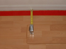 Installing the last row of laminate flooring, now I measure the other end.