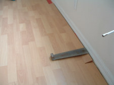 Installing the last row of laminate flooring, Here I will use a pull bar to connect the side joint together.